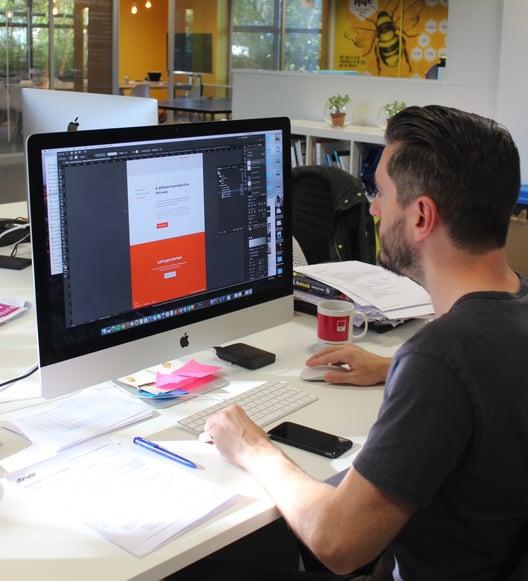 Designer creates website using latest SEO trends